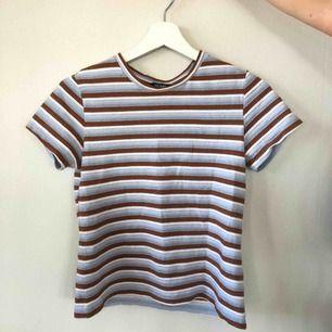 T-shirt från MONKI. Fint skick & snygga färger! Frakt tillkommer :)