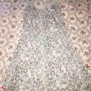 Nattklänning/pyjamas i mjukt material från Lindex. Använd en gång och kommer inte till användning. Storlek Small.  - Köparen står för frakt!