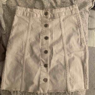 Säljer min fina jeans kjol från Gina tricot, i bra skick, använd ett antal gånger men inte många, köparen står för frakt -80kr!Priset på kjolen kan diskuteras