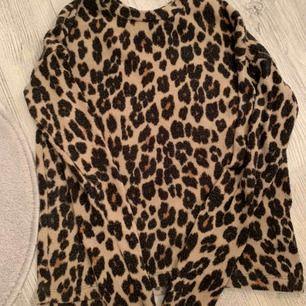 Säljer min fina leopard tröja från Gina, i bra skick. Köparen står för frakten -80kr L paket!