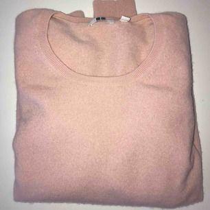 Säljer min ljusrosa Kashmir tröja från UNI QLO eftersom att jag aldrig använder den. Tröjan är i mycket bra skick och har använts 2-3 gånger. Frakt tillkommer 70kr