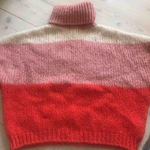 Super snygg stickad tröja från Na-Kd Använt fåtal gånger och är i skit bra skick Frakt tillkommer 50kr