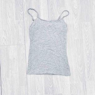 Basic grått linne storlek 32, passar XS, använt men fint skick.  Möts upp i Stockholm eller fraktar.  Frakt kostar 22kr extra, postar med videobevis/bildbevis. Jag garanterar en snabb pålitlig affär!✨