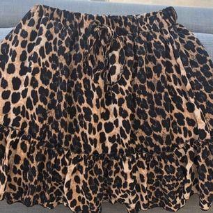 Den perfekta kjolen inför sommaren! 🐆 Aldrig använd så i fint skick.  Nypris 399kr