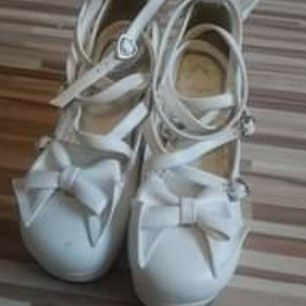 Ett par vita lolita skor, använda 1 gång då de är för små för mig. Står 38 men är mer som 37. Är en liten skråma på framsidan, inget man märker av. Köparen står för frakten.