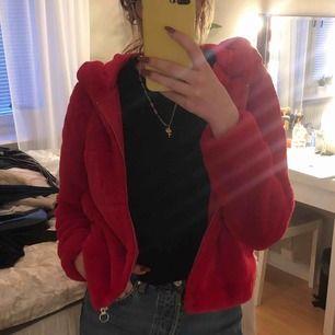 Röd pälsjacka från Only, Använd 1-2 gånger ❣️ Frakt ingår inte, priset kan diskuteras! 🦋