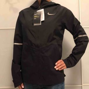 Säljer en helt ny träningsjacka från Nike, kollektion Aero Shield. Den är vattenavvisande och vindtät.  Skickar gärna med post 📮