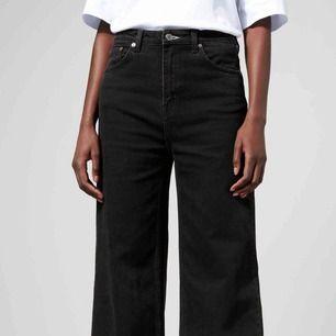 Svarta weekday jeans i modellen ace. Nypris 500kr. Har fått ett litet hål uppe vid midjan.