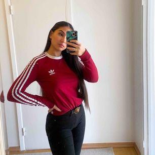 Långärmad vinröd tröja från adidas. Jätte fin och super skön. Det är storlek 34 men jag som brukar bära S kan ha den utan problem.💘
