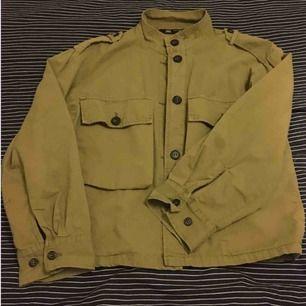 Skitsnygg jacka från Zara, inte alls mycket använd. Färgen framgår inte riktigt på bilden men den är typ olivgrön. Perfekt till våren!