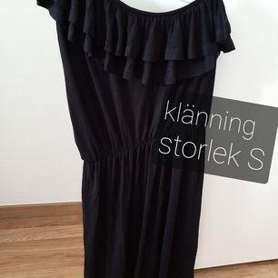 Säljer denna fina klänningen som passar till de flesta tillfällena.  Knappt använd!