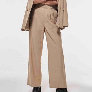 Helt oanvända kostymbyxor! Riktigt snygga men tyvärr för långa för mig (jag är 160cm) ord.pris 349kr frakt ingår!!   (Första bilden är från Gina Tricot)