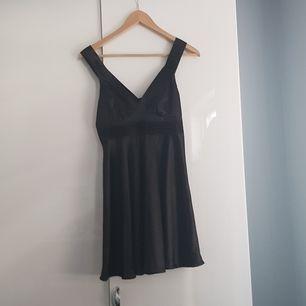 Här har vi en vila klänning i storlek S men den har Lite fläckar