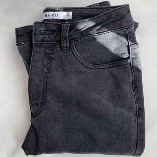 Fina jeans från nakd säljes i storlek xs, använda en gång så de är i nyskick💕 gråa i färgen