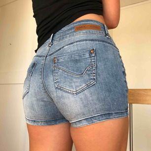 Jeansshorts som knappt är använda från Only. Storlek S alternativ liten M.