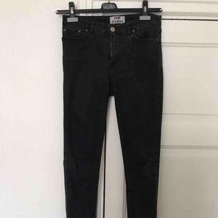 Svarta jeans från Acne i modellen skin 5 lacy black. Använda men finns inga hål eller slitningar, dock lite blekta i färgen. Strl 28/34, stretchiga.   Kan hämtas i sthlm annars tillkommer frakt på 63kr spårbart