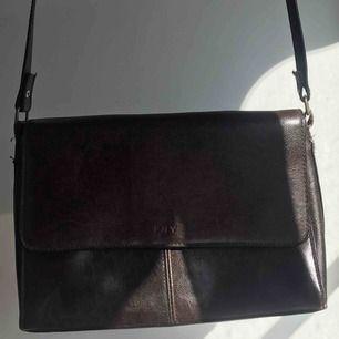 En brun väska köpt på secondhand.