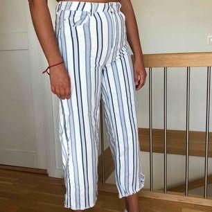 Höidjade jeans från HM i storlek M. Knappt använda, kortare i modellen med fransar ner till.