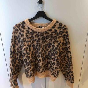 Stickat tröja med leopard mönster.