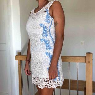 Snygg klänning i spets. Använd endast 2 gånger. Köpt i USA.