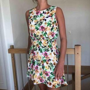 Snygg klänning som passar perfekt till sommaren. Köpt på Forever 21 och använd endast 3 gånger. Cut out i ryggen.