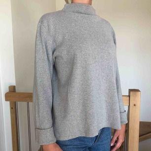 Snygg tröja från Lindex som länge varit min favorit. Stickad tröja med uppvikta ärmar som detalj. Längre bak än fram och hög i kragen.