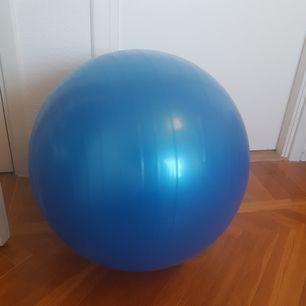 En prima liten yoga boll! Säljer för att den förtjänar att bli använd och hos mig står den bara ensam.