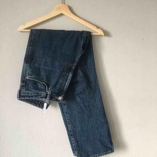 Mörkblå jeans, Modell Row från Weekday, gott skick   Modellen på sista bilden har storlek 28/30