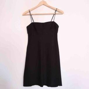 Liten svart klänning från Urban Outfitters! 🌻 Justerbar i axlarna, stretchigt tyg. Frakt tillkommer 📬