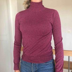 Snygg stickad tunn tröja från NA-KD. Knappt använd.