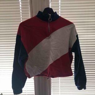Cool tröja från bershka i Nederländerna! Använd typ 6 gånger! Väldigt skön tröja.  Säljer pga pengabrist