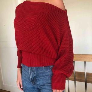 Off shoulder tröja från NA-KD. Välanvänd där av priset men fortfarande i gott skick.