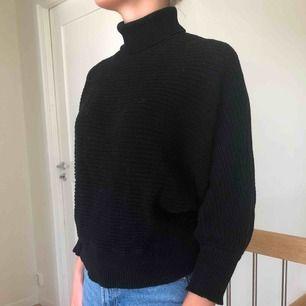 Snygg stickad tröja från NA-KD. Välanvänd, där av priset men fortfarande i  bra skick.
