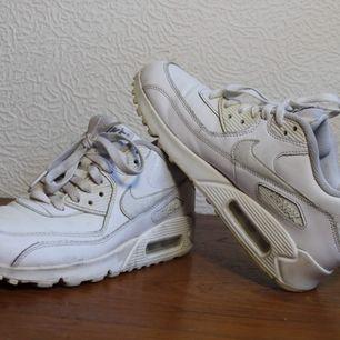 Vita Nike air max 90 stl 38.5, är använda typ en säsong men har mycket kvar att ge och är i fint skick. Skriv vid frågor eller om du vill ha fler bilder! Bud fram till 5 april. Frakt ca 66kr