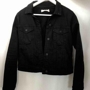 Svart jeansjacka från MANGO. Väldigt mjuk och skönt material. Frakt tillkommer :)