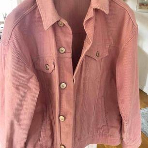 Snyggaste vår jackan ifrån Urban Outfitters! ☀️💘 säljer nu min fina rosa Manchester jacka som jag köpte förra året. Väldigt fint skick, skriv för fler frågor!