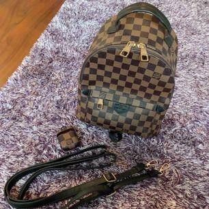Säljer ryggsäck med matchande AirPod fodral, allt i befintligt skick. Väskan knappt använd.  AirPad fodralet är helt nytt och aldrig använt. Frakten ingår