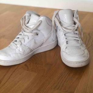 Sparsamt använda sneakers ifrån Nike, säljes pga av att den inte används. Köparen står för frakten