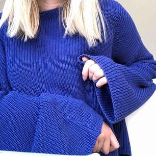Blå stickad croppad tröja med vida armar, tar bara swish och frakten är inte inkluderad💙💙
