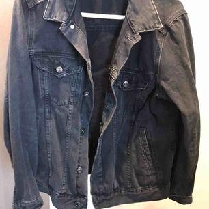 Grå/svart jeansjacka från H&M i storlek 42. Perfekt oversized jeansjacka. Använd fåtal gånger. Säljer då jag har för många jackor.