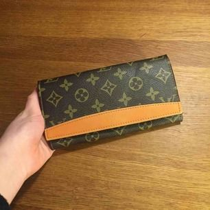 Louis Vuitton plånbok (troligen fake, men vet ej då det är min farmors gamla). I mycket gott skick-ser typ ny ut. Många fack inuti! Frakt 22 kr.