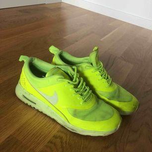 Nike air max Thea, aningen smutsiga men sparsamt använda då dem är försmå för mig😅 saknar innesula eftersom jag använt dem utan för att kunna ha dem.  Gör så klart rent dem innan jag skickar dem. Köparen står för frakten.
