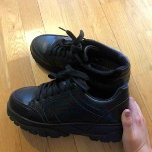 Säljer dessa sjukt snygga sneakers då de tyvärr är lite för stora för mig (därav knappt använda)! Köparen står för frakten