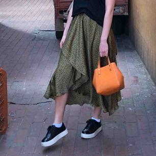 Jättesnygg siden kjol i leopardmönster från Zara! Använd ett fåtal gånger! Fråga gärna om mer bilder