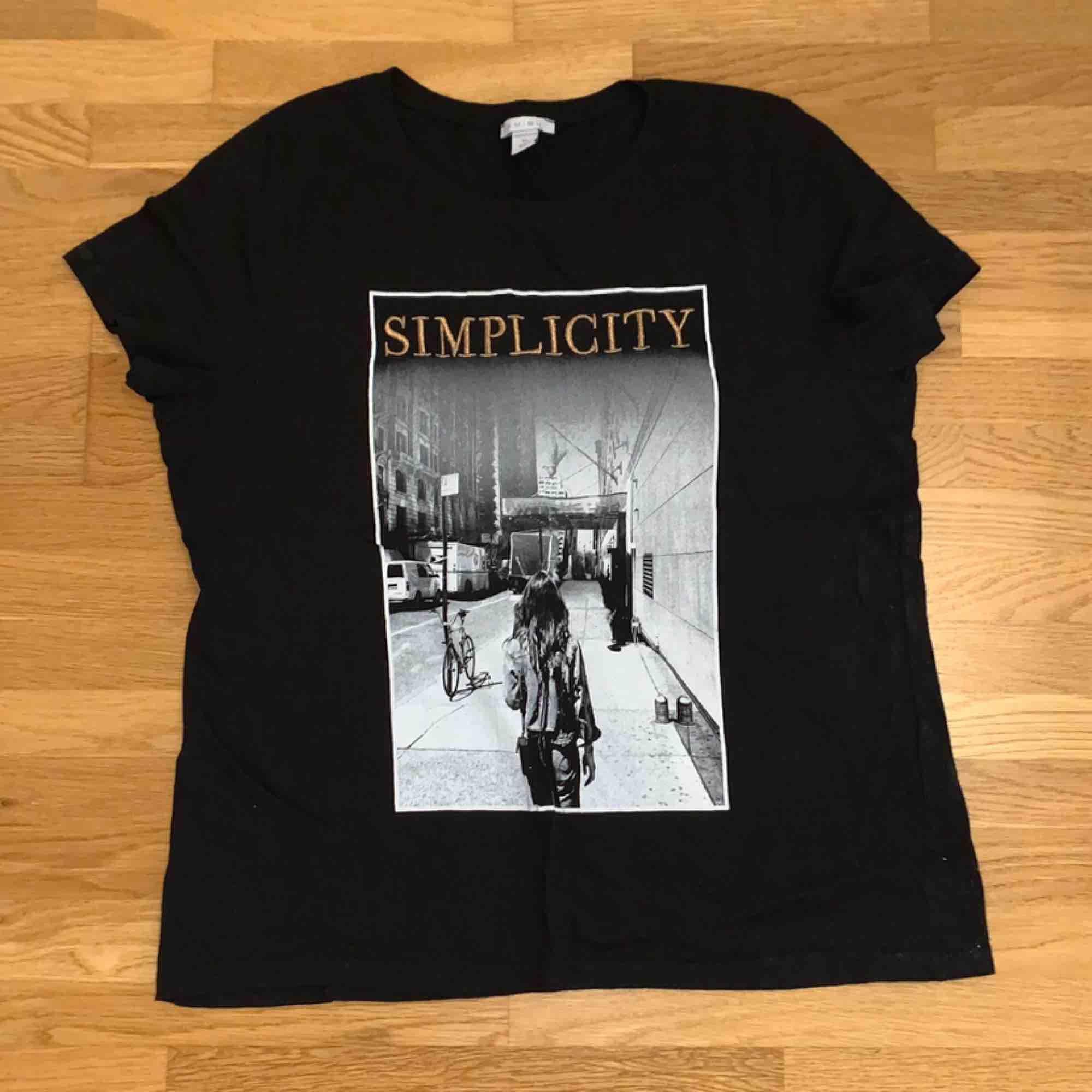Svart t-shirt med tryck. Köpt på New Yorker. Använd sparsamt och säljs då jag har för många t-shirts. Skriv för mer info 💛. T-shirts.