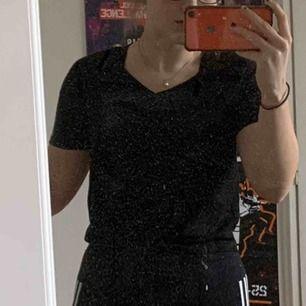 Svart träningstopp från H&M Training. Funkar att bära som vardaglig tröja också. Den har en liten knut vid naveln som går att knyta om. Nyskick, säljs då jag har för många träningströjor.