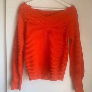 Sjukt snygg stickad off-shoulder tröja från Gina Tricot. Färg: röd/orange. ❤️🧡Köpt för cirka 2 år sedan, endast använd 4 gånger. Köparen står för frakt.