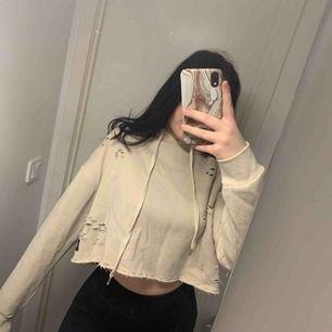 Är en xs/s i tröjor. Säljer Denna fina croppade hoodie från Sixth june i en härlig fin beige färg. På mig sitter den oversized och är väldigt mjuk. Använd ca 1 gång så den är i ny skick köpt för 600kr säljer för 200+ frakt