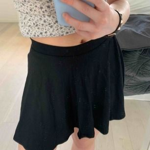 Så söt kjol från barnavdelningen, storlek 134-140 som en xxs men väldigt stretchig dock kort.