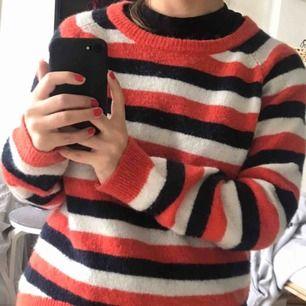 Randig stickad tröja från minimum. Det står strl XS i tröjan men jag skulle snarare säga en stor S eller lite M